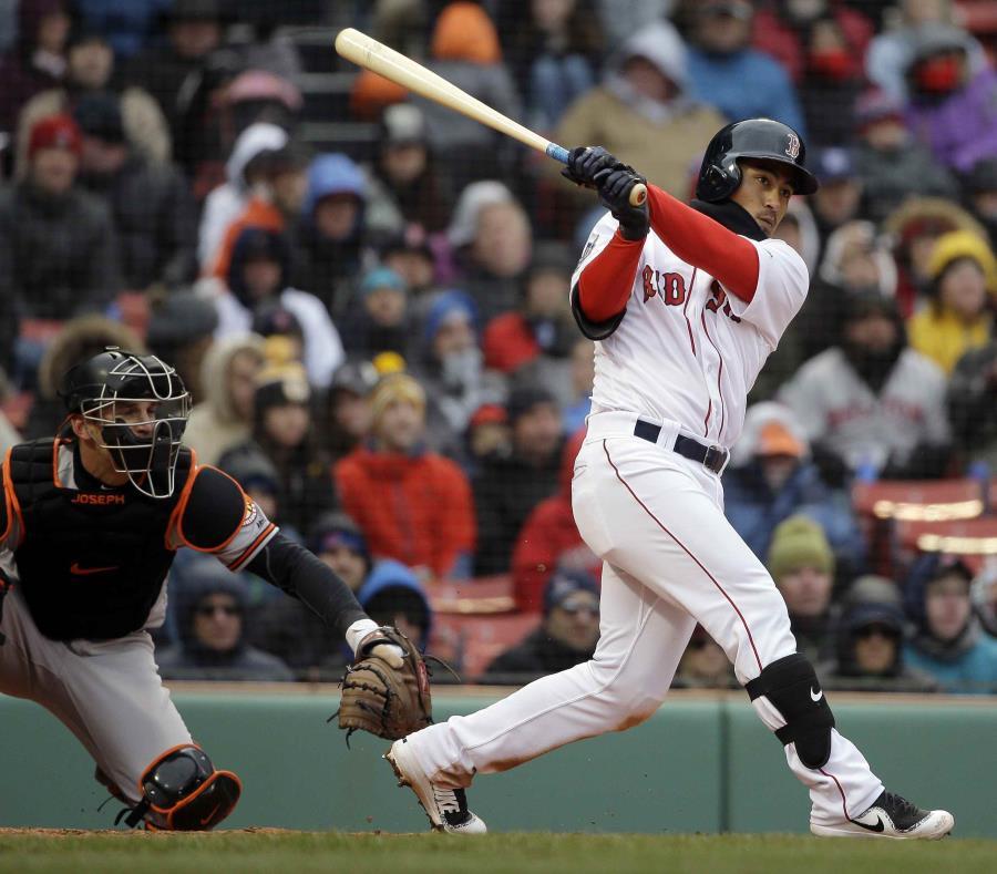 Tzu-Wei Lin (derecha), de los Medias Rojas de Boston, impulsa la carrera de Mitch Moreland en la sexta entrada del partido contra los Orioles de Baltimore celebrado en el Fenway Park de Boston. (semisquare-x3)