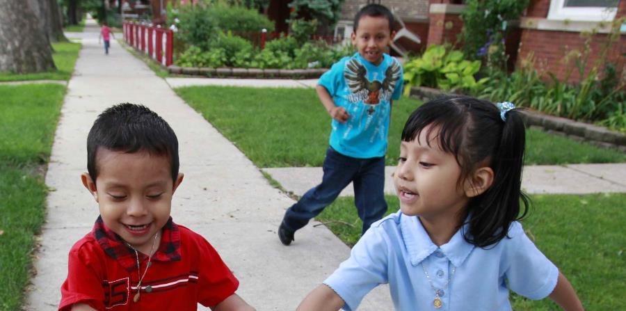 Varios niños hispanos juegan a las afueras de su casa en Illinois. (EFE) (horizontal-x3)
