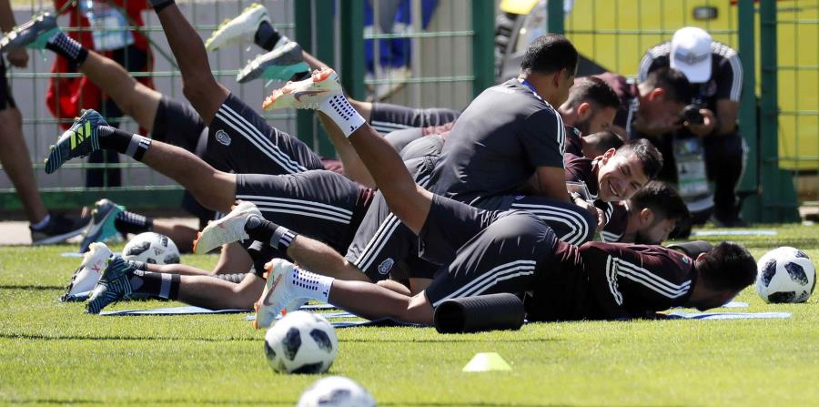 Los jugadores del Tri calientan antes de una sesión de entrenamiento en Moscú. (EFE) (horizontal-x3)