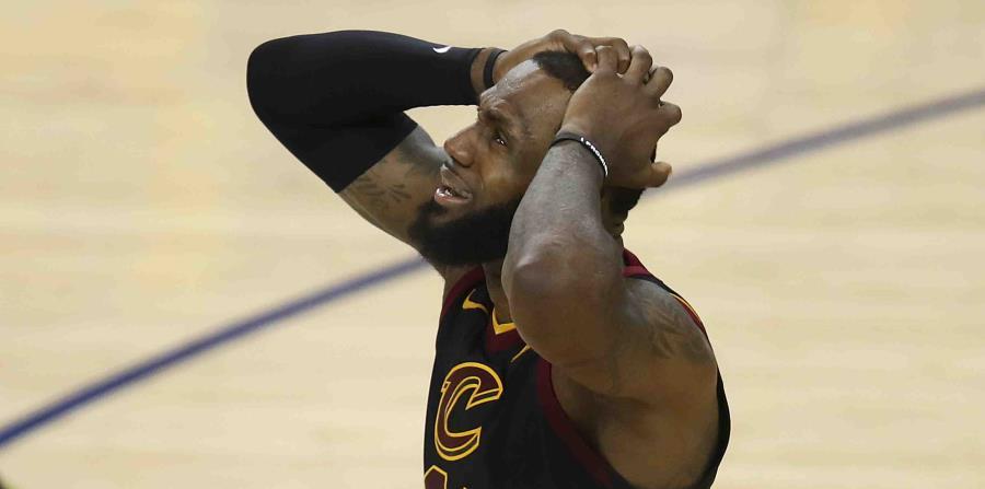 LeBron James, de los Cavaliers de Cleveland, lleva las manos a su cabeza mientras miraba que el marcador le daba la victoria a los Warrrios de Golden State. (AP) (horizontal-x3)