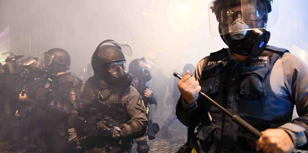 La Policía lanza gases lacrimógenos a manifestantes frente a La Fortaleza