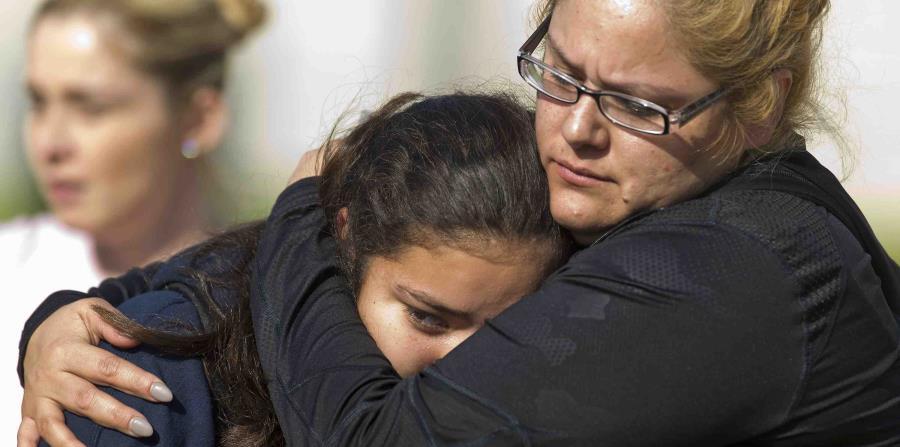 Gente recoge a los estudiantes tras un tiroteo en la escuela secundaria Salvador B. Castro cerca del centro de Los Ángeles, 1 de febrero de 2018. (horizontal-x3)
