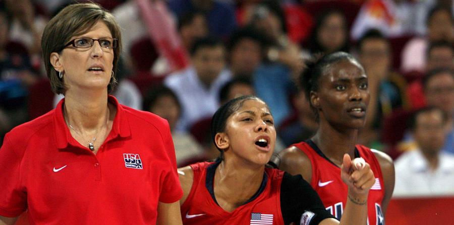 La entrenadora estadounidense Anne Donovan, junto a Candace Parker y Sylvia Fowles, durante el partido de la final femenina de baloncesto ante Australia, en el marco de los Juegos Olímpicos de Pekín, China. (EFE) (horizontal-x3)