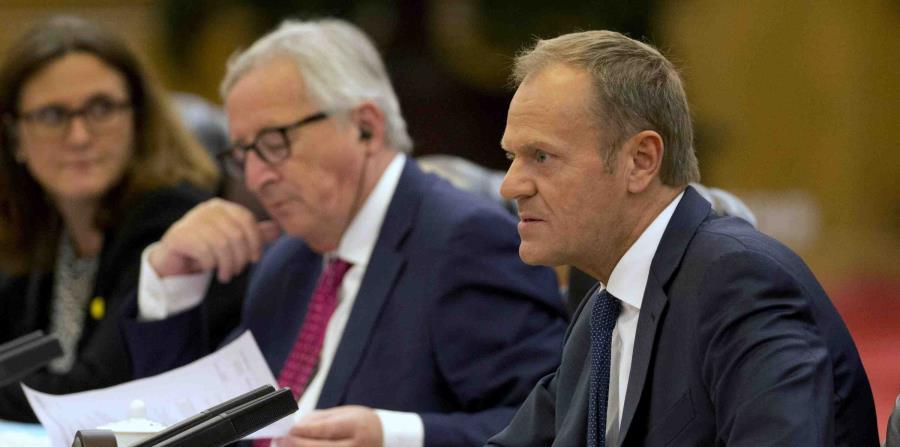 El presidente del Consejo Europeo, Donald Tusk (derecha), habla junto al presidente de la Comisión Europea, Jean-Claude Juncker, durante una reunión con el primer ministro de China, Li Keqiang (no fotografiado), en el Gran Salón del Pueblo, en Beijing, Ch (horizontal-x3)