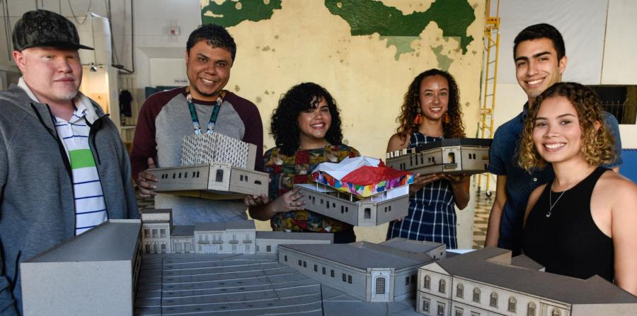 Los estudiantes de la Escuela de Arquitectura de la Universidad Politécnica de Puerto Rico sostienen algunas de sus propuestas para El Bastión. (horizontal-x3)