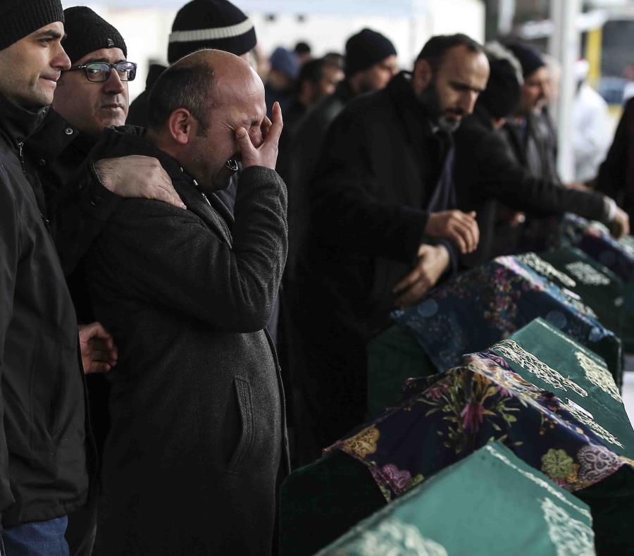 Un grupo de personas asiste a los funerales por nueve miembros de la familia Alemdar muertos en el derrumbe de un edificio de apartamentos, en Estambul, el 9 de febrero de 2019. (AP Foto/Emrah Gurel) (semisquare-x3)