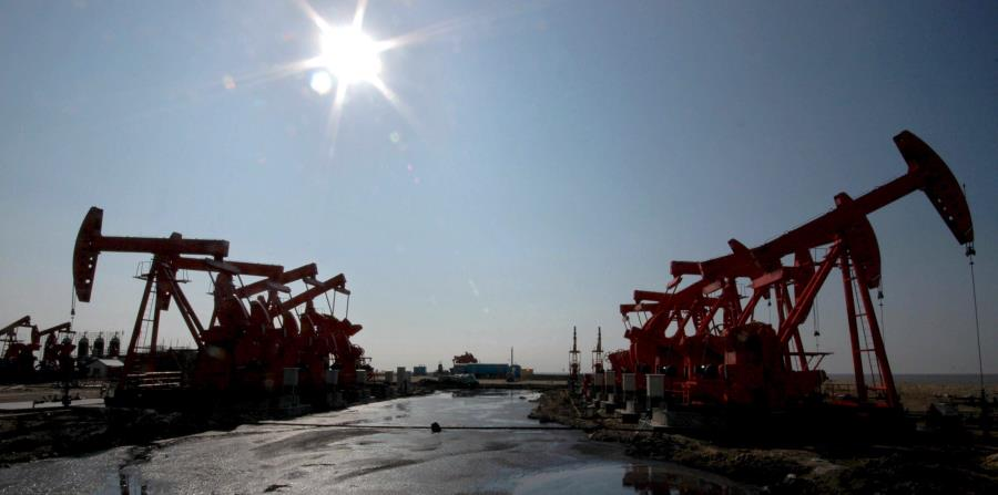 Vista general del campo de extracción de petróleo en Liaohe, una filial de PetroChina, en Panjin, en la provincia del noroeste chino de Liaoning (horizontal-x3)
