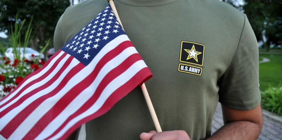 Un milita sostiene una bandera de Estados Unidos. (AP) (horizontal-x3)