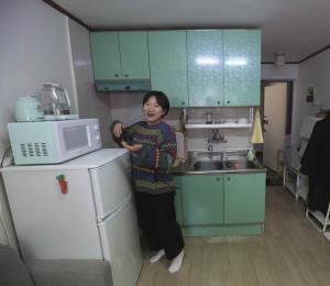 """La dura realidad de los surcoreanos que viven en sótanos como los de """"Parasite"""""""