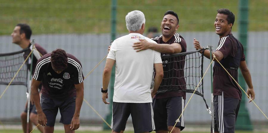 Unos jugadores de México sonríen durante el entrenamiento del equipo. (AP) (horizontal-x3)