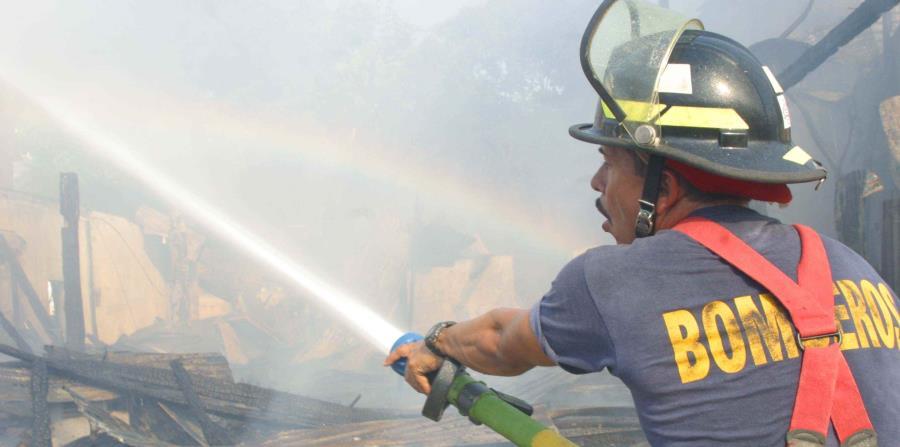 Unidades de Bomberos de Humacao y Yabucoa extinguieron el fuego residencial. (horizontal-x3)