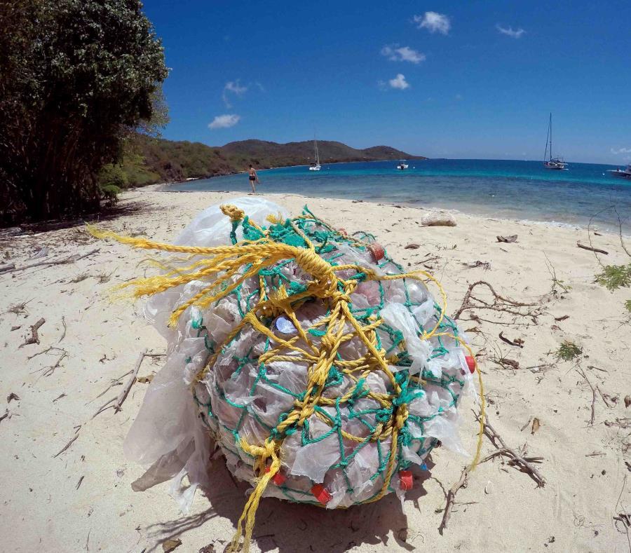 Más de 10,000 voluntarios recogieron 454,365 desperdicios de la costa. En la imagen, una bolsa con botellas plásticas en Culebra. (GFR Media) (semisquare-x3)