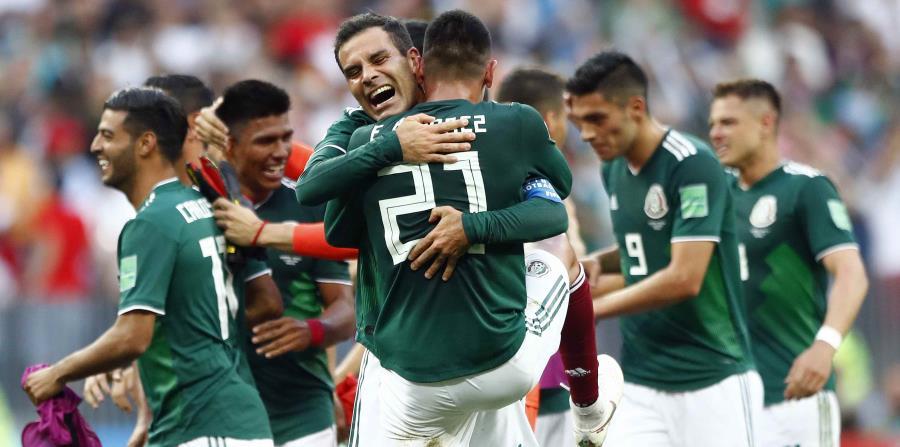Los jugadores de la selección de México festejan tras la victoria 1-0 ante Alemania (horizontal-x3)