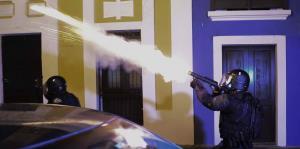 Captan el intenso choque entre la Policía y manifestantes en el Viejo San Juan