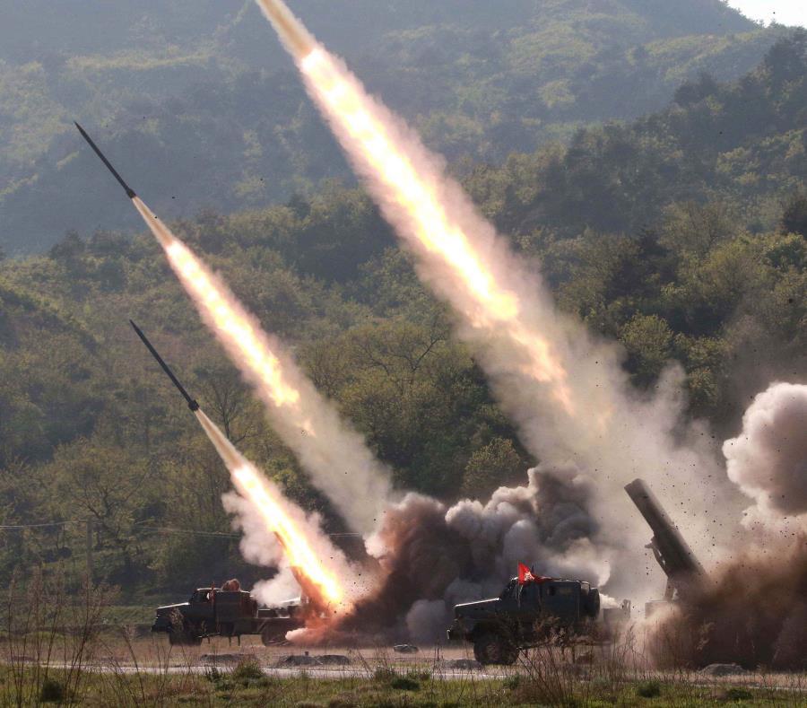 Lanzamiento de misiles, durante un simulacro de ataque de unidades militares ayer jueves, en un lugar no revelado, Corea del Norte. (EFE/KCNA) (semisquare-x3)