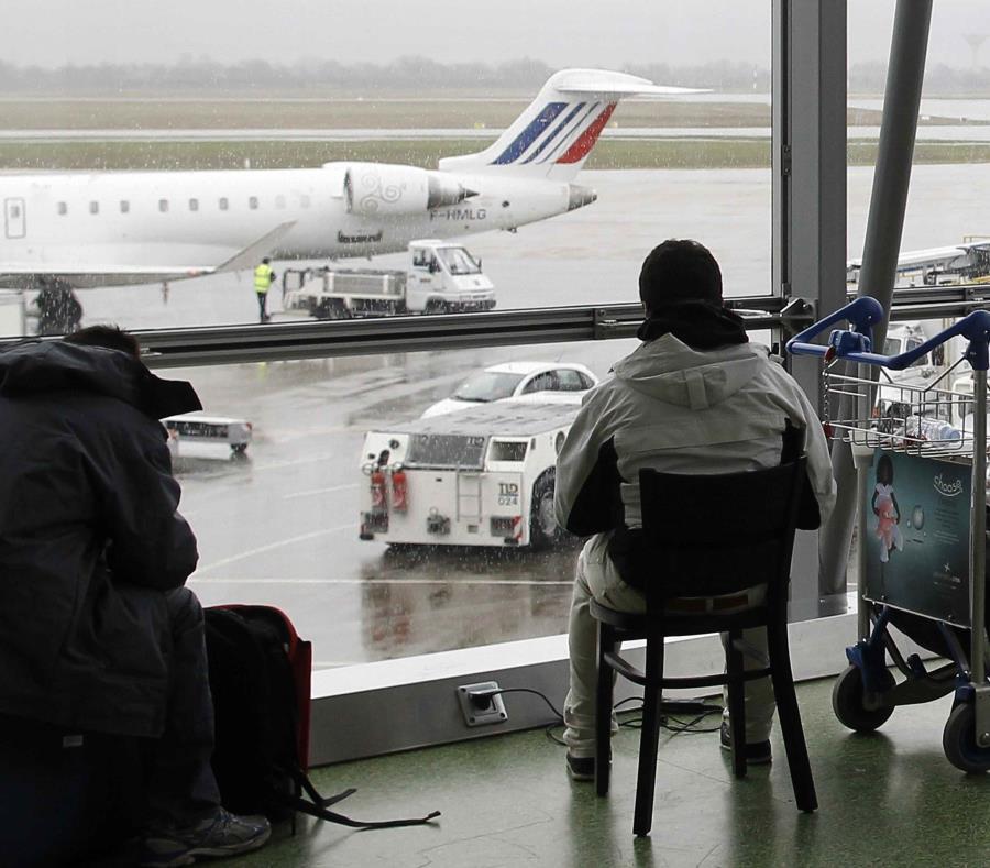 Entró con un vehículo en la pista de un aeropuerto
