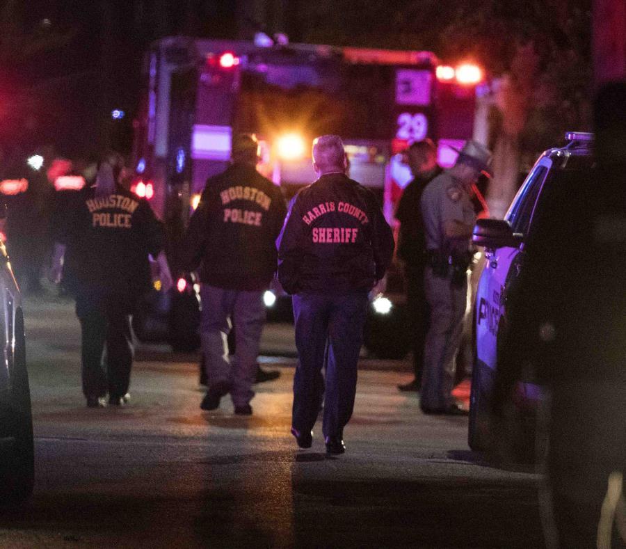 Agentes investigan la escena en la que varios policías de Houston fueron baleados el lunes 28 de enero de 2019 en Houston. (Brett Coomer/Houston Chronicle via AP) (semisquare-x3)