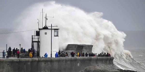 Dennis deja fuertes vientos y lluvia en Gran Bretaña