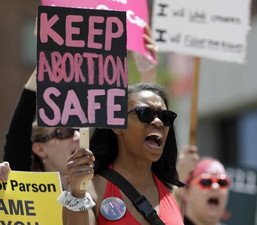 Manifestantes proaborto forman parte de una protesta.  (AP/Jeff Roberson) (semisquare-x3)