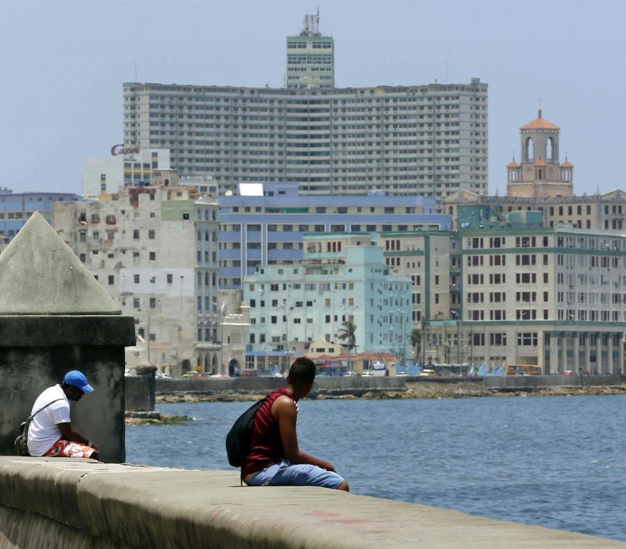Dos hombres observan la vista mientras descansan sentados en el Malecón de La Habana. (GFR Media) (semisquare-x3)