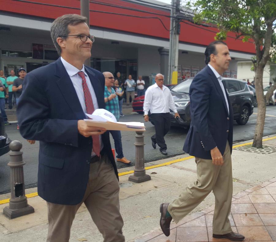 En la foto David Skeel y José Carrión llegando a la reunión que se celebró en la Casa de la Cultura de Comerío (semisquare-x3)