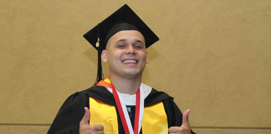 Ricardo Bermúdez, becado por la Fundación Corazón Guerrero, se acaba de graduar del programa de Trabajo Social en la Universidad del Turabo, en Ponce. (Suministrada) (horizontal-x3)