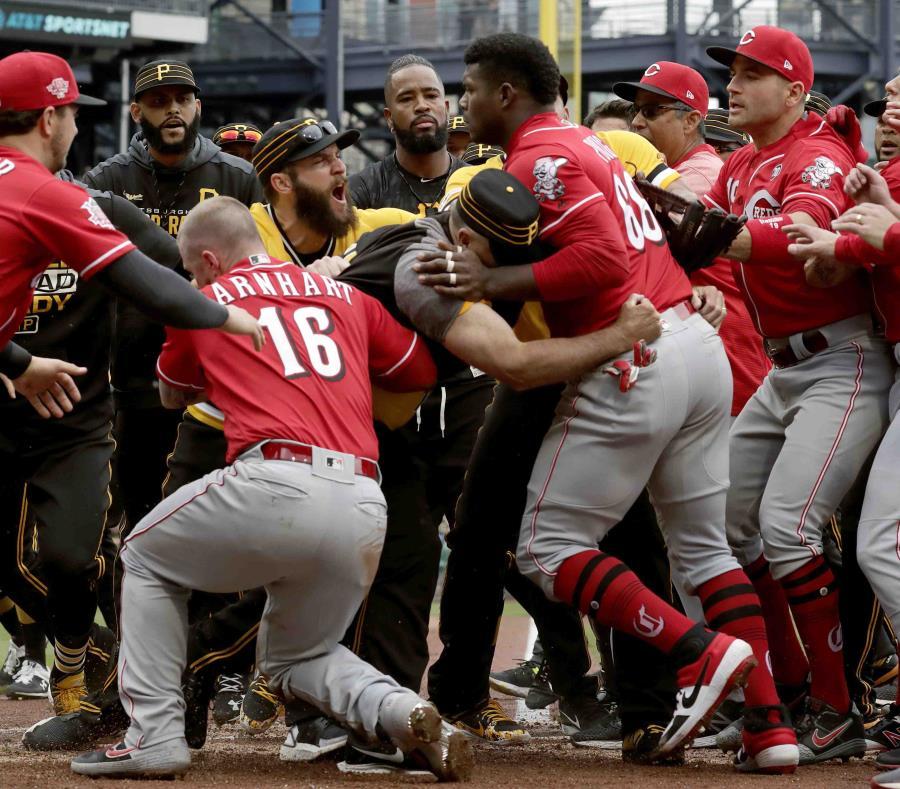 El pelotero cubano Yasiel Puig es sujetado por personal de los Piratas y por sus compañeros de equipo. (AP / Gene J. Puskar) (semisquare-x3)