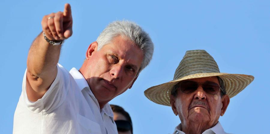 A la derecha, el presidente de Cuba, Raúl Castro, junto al primer vicepresidente, Miguel Díaz-Canel. (EFE / Alejandro Ernesto) (horizontal-x3)
