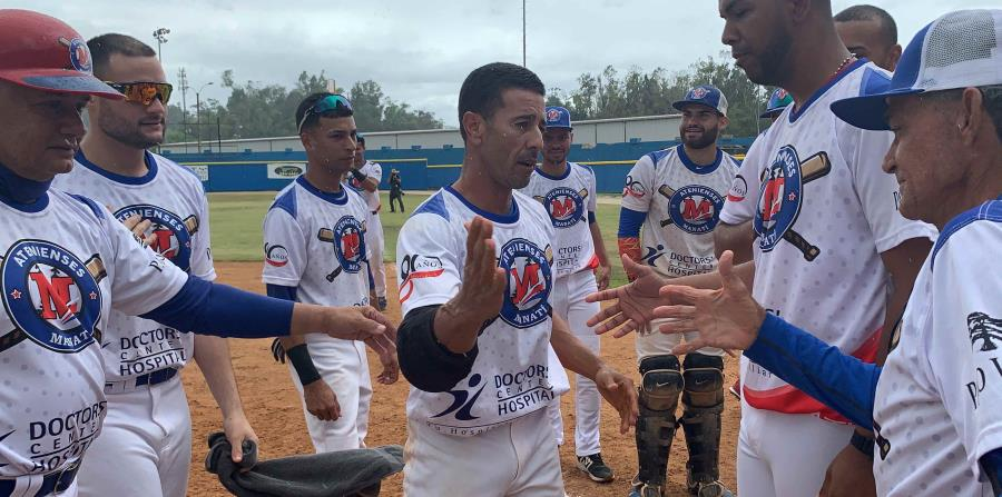 José Ponce, al centro, es felicitado por sus compañeros tras batear el hit 900. (Suministrada) (horizontal-x3)