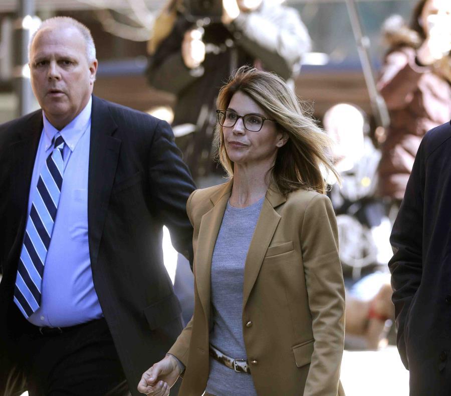 La actriz Lori Loughlin arriba a la corte federal en Boston. (AP) (semisquare-x3)