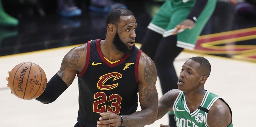 Terry Rozier, de los Celtics de Boston, disputa el balón con LeBron James, de los Cavaliers de Cleveland. (EFE) (horizontal-x3)