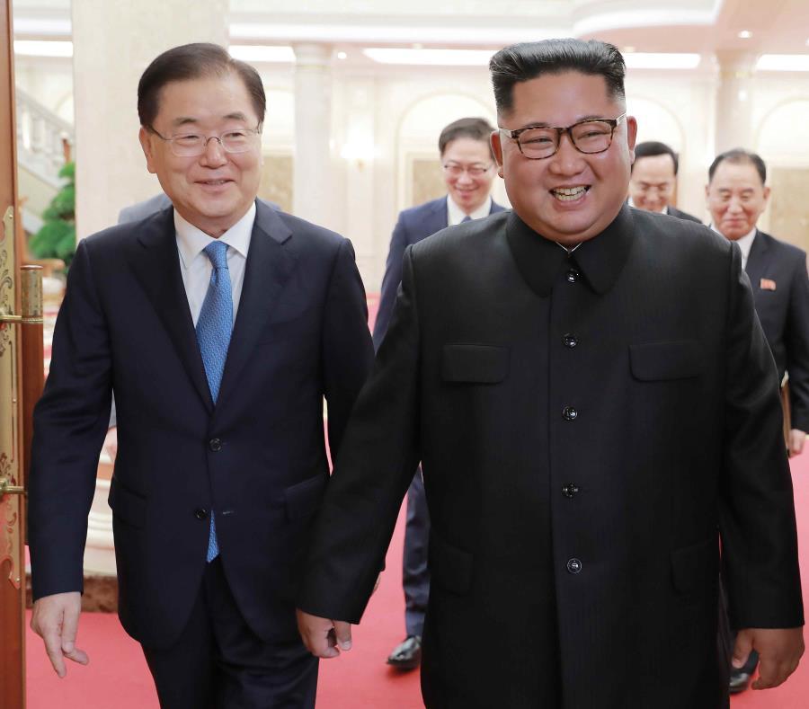 El líder norcoreano Kim Jong Un, derecha, con el director de Seguridad Nacional de Corea del Sur, Chung Eui-yong, en Pyongyang, Corea del Norte. (AP) (semisquare-x3)