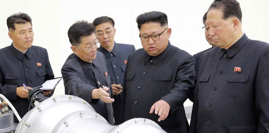 El presidente de Corea del Norte, Kim Jong-un, inspecciona un misil. (AP) (horizontal-x3)