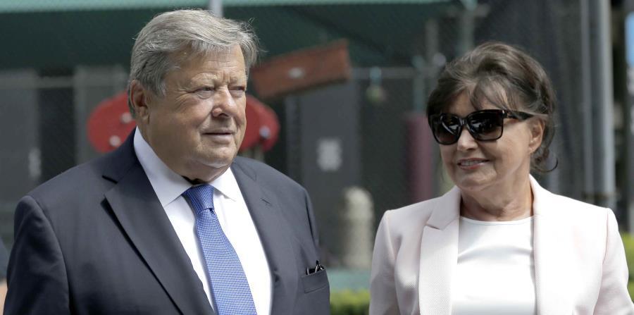 Viktor y Amalija Knavs escuchan mientras su abogado hace una declaración en Nueva York (horizontal-x3)