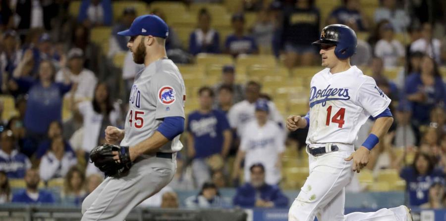 Kike Hernández (derecha) intenta llegar a base ante Anthony Bass. (AP) (horizontal-x3)