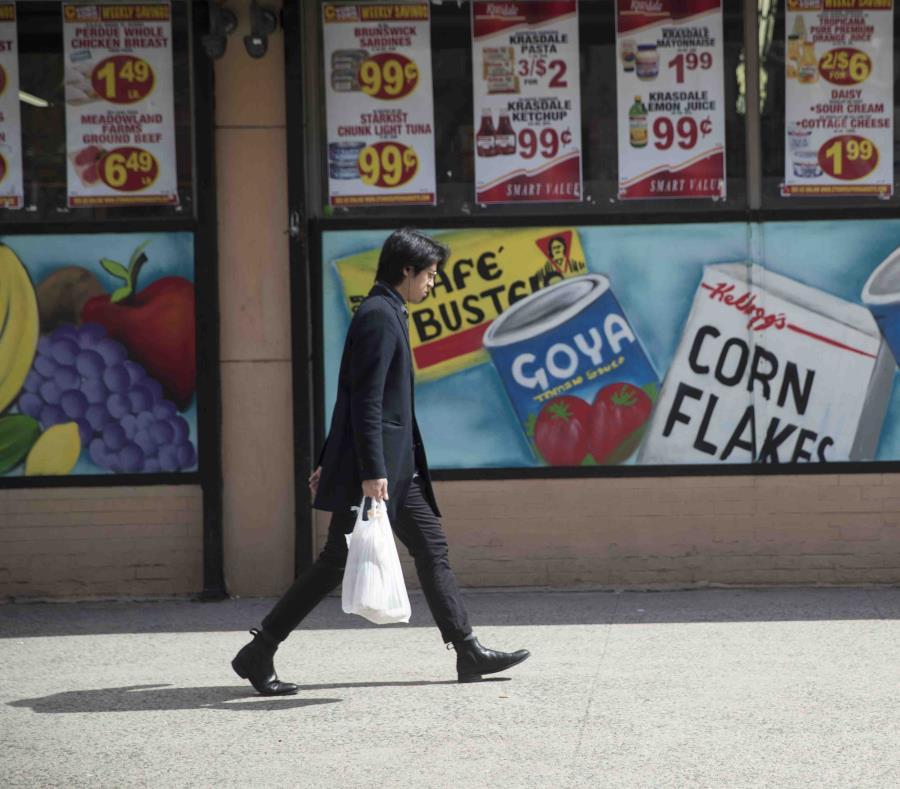 La nueva legislación autoriza a los condados la opción de cobrar cinco centavos por las bolsas de papel. (AP / Mary Altaffer) (semisquare-x3)