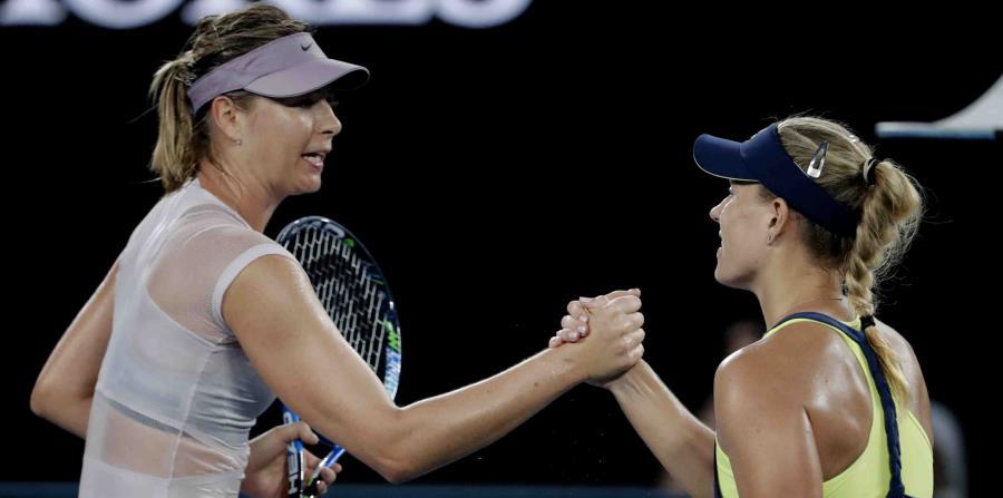 La tenista alemana Angelique Kerber (derecha) estrecha la mano a la rusa Maria Sharapova tras su victoria en un partido de tercera ronda del Abierto de Australia, en Melbourne, Australia, el 20 de enero de 2018. (AP/Vincent Thian) (horizontal-x3)