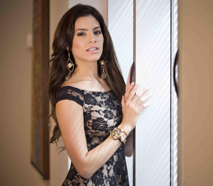 La ex Miss Universe Puerto Rico 2011, Viviana Ortiz. (semisquare-x3)