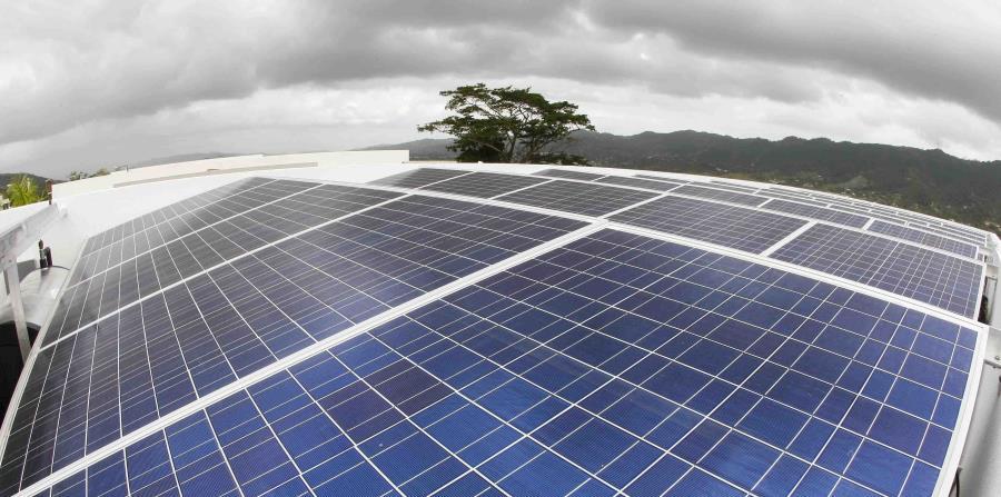 El proyecto sobre las placas solares en las escuelas fue presentado por el representante Guillermo Miranda (horizontal-x3)