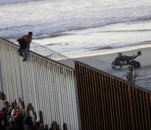 Integrantes de la caravana de migrantes llenan refugios en Tijuana