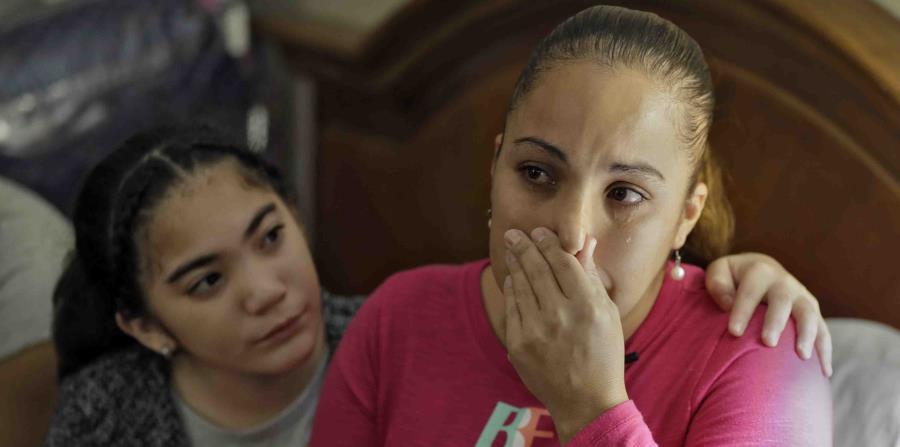 Leslie Rivera es consolada por su hija Yandeliz durante una entrevista en su habitación del hotel Rodeway Inn de Tampa, Florida, donde vive la familia después de que el huracán María destruyera su casa en Puerto Rico. (horizontal-x3)