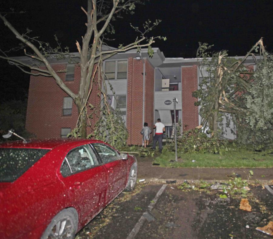 Vecinos caminando hacia su edificio de apartamentos Westbrooke Village, que resultó dañado por un tornado, el martes 28 de mayo de 2019 en Dayton, Ohio. (Doral Chenoweth III/Columbus Dispatch via AP) (semisquare-x3)