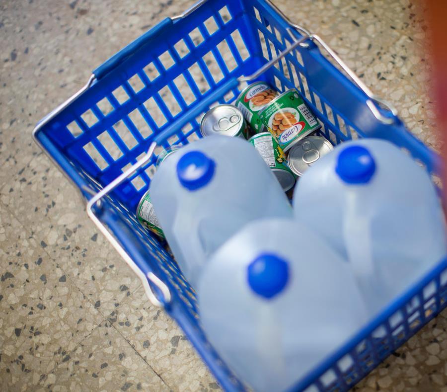 Consumidores hacen largas filas en los supermercados para encontrarse con que no hay galones ni botellas de agua. (semisquare-x3)