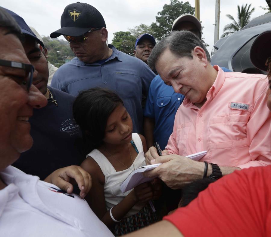 El candidato presidencial Laurentino Cortizo firma autógrafos a su salida de una reunión. (AP / Arnulfo Franco) (semisquare-x3)