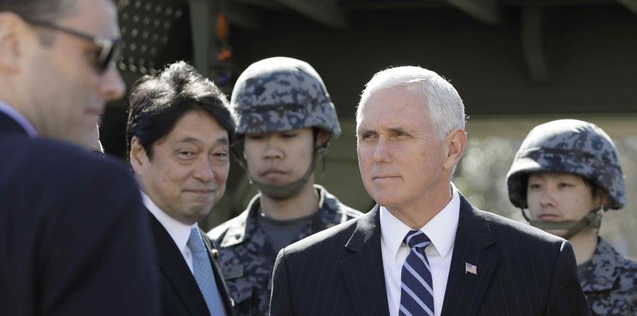 El vicepresidente de EEUU, Mike Pence, sale tras inspeccionar un sistema de misiles de intercepción PAC-3 con el ministro japonés de Defensa, segundo por la izquierda, en el Ministerio japonés de Defensa, Tokio (horizontal-x3)