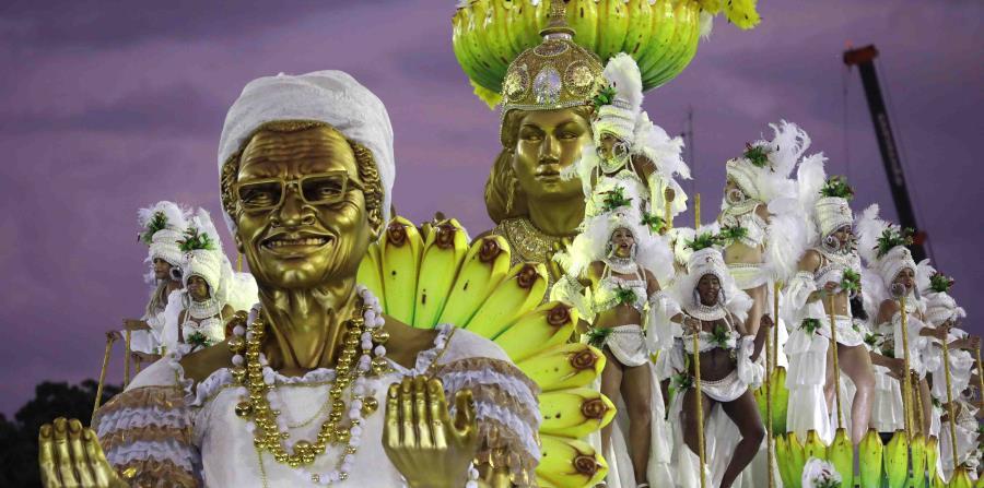 Interpretes de la escuela de samba Mocidade desfilan con una flota durante las celebraciones del Carnaval brasileño en el Sambódromo, en Río de Janeiro (horizontal-x3)