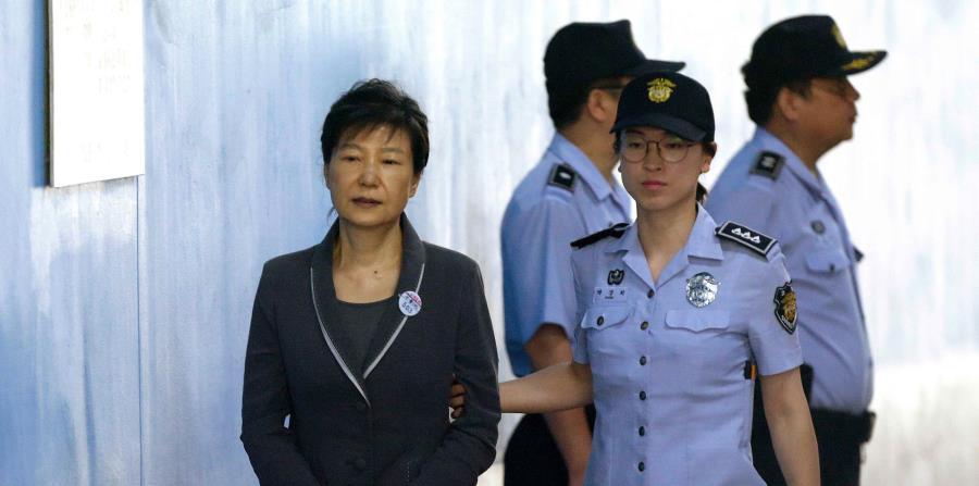 La expresidente de Corea del Sur, Park Geun-hye, llega a su juicio en la Corte del Distrito Central de Seúl, en Corea del Sur. (AP (horizontal-x3)