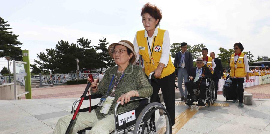 Ciudadanos surcoreanos parten hacia Corea del Norte para participar en reuniones con familiares que viven en el país y a los que no ven desde hace años. (AP) (horizontal-x3)
