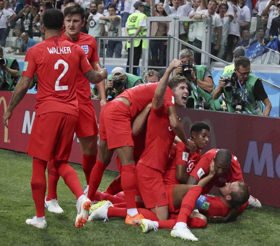 Los ingleses celebran el gol de la victoria. (AP) (semisquare-x3)