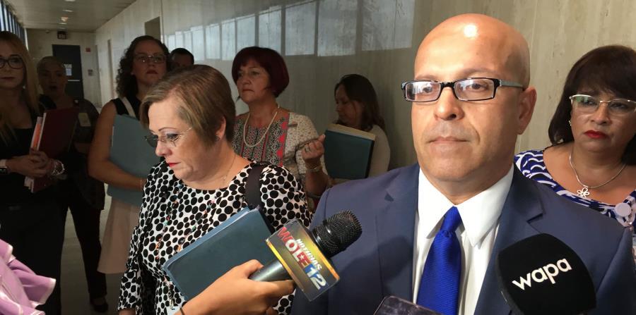 El licenciado Antonio Cintrón Almodóvar, abogado del Departamento de Educación, habla con la prensa. (horizontal-x3)